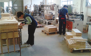 Работници в цех за дървени играчки